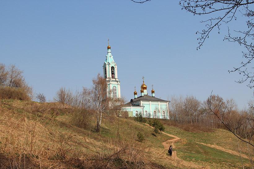 Вид на храм с подножья холма