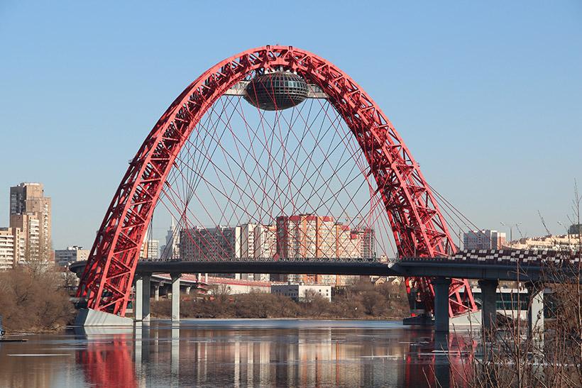 На Живописном мосту при выезде из Крылатского столкнулось четыре автомобиля