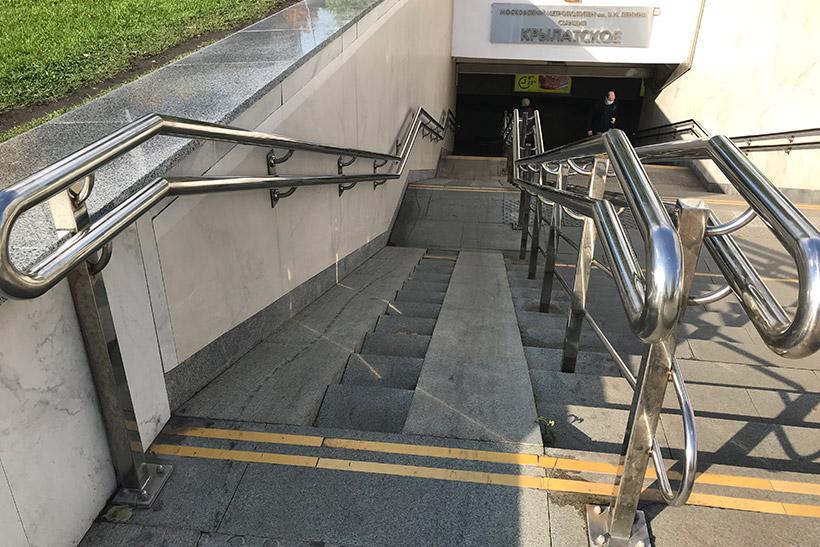 Аппарель при входе в метро «Крылатское». Установлена в рамках программы «Доступная среда»