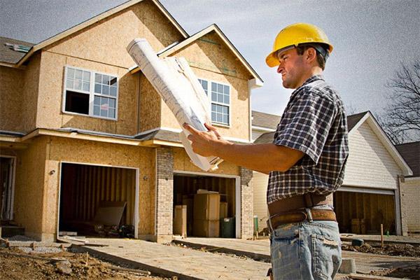 Продумывает планировку двухэтажного дома