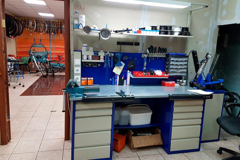 Рабочий стол в офисе J&B Service в Крылатском