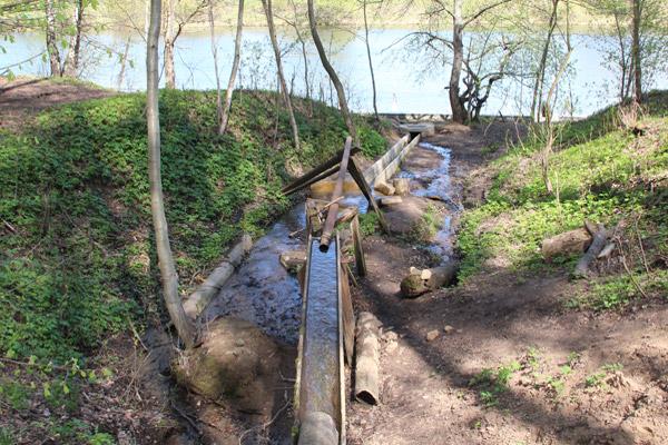 Необычная конструкция для ручья