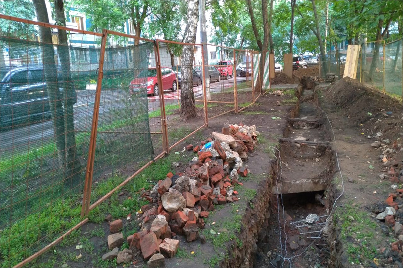 У дома 10 корпус 1 на Осеннем бульваре обнаружен вход бункер