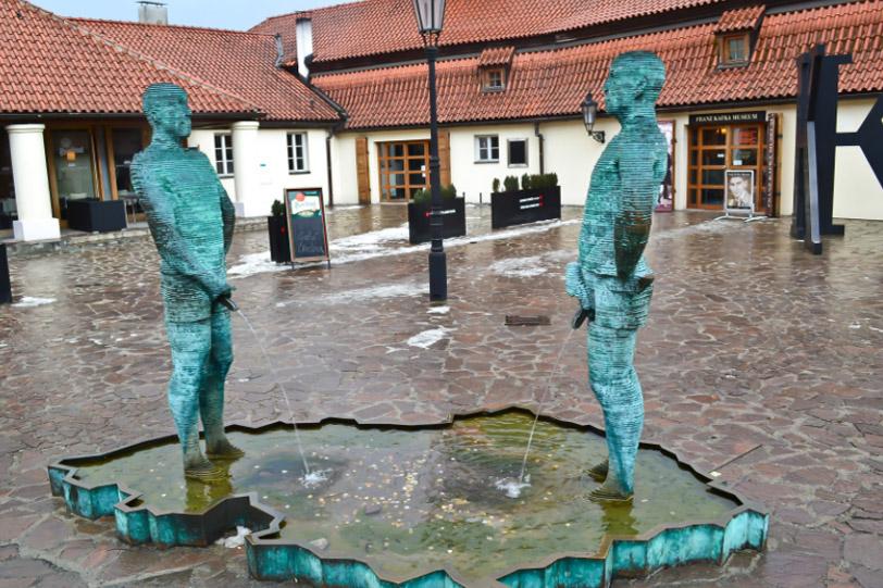 Фонтан-памятник писающим мужчинам
