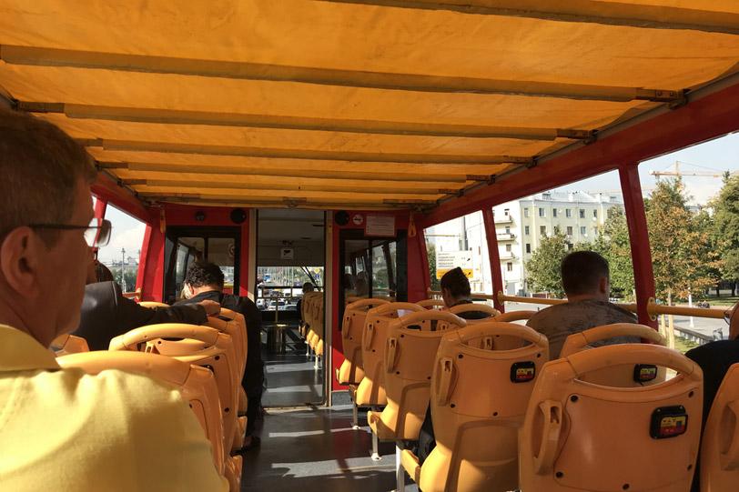 Верхняя палуба двухэтажного экскурсионного автобуса